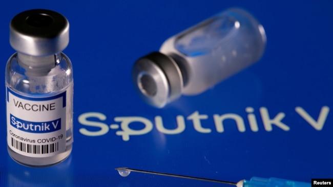 Vaksin COVID-19 buatan Rusia, Sputnik V, 24 Maret 2021. (Foto: Dado Ruvic/Reuters)