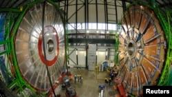 Pjesë nga magnetet gjigande brenda tunelit eksperimental të CERN-it (Qendra Evropiane e Kërkimeve Bërthamore)
