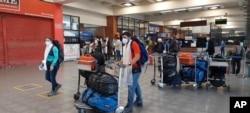 Pendaki gunung Spanyol yang terdampar, trekker, dan turis tiba di bandara Kathmandu, Nepal, untuk kembali ke tanah air mereka dengan penerbangan repatriasi yang diatur oleh pemerintah Spanyol, Jumat, 21 Mei 2021.