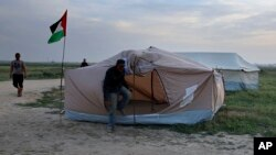 Palestinians set up tents in preparation for mass demonstrations along the Gaza Strip border with Israel, in eastern Gaza City, March 27, 2018. Gaza's embattled Hamas rulers are imploring hundreds of thousands of people to march along the border with Israel in the coming weeks — a high-risk gambit meant to shore up their shaky rule, but with potentially deadly consequences.