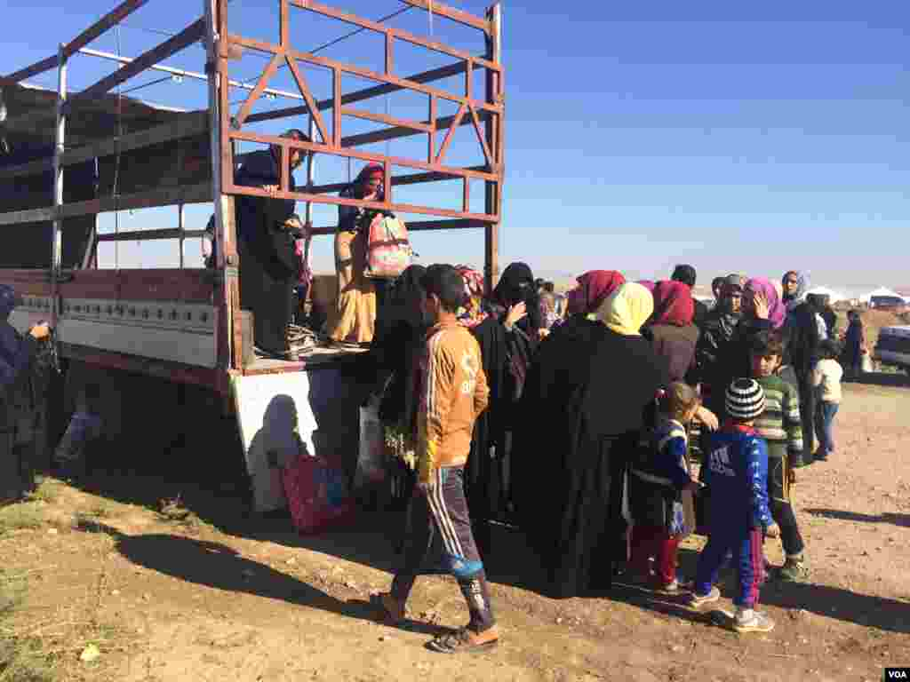 Families arrive at the Khazir camp in trucks, cars, tractors, army vehicles and even some construction vehicles on Nov. 3, 2016, in Kurdistan, northern Iraq. (H.Murdock/VOA)