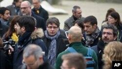 "Pemimpin Catalan yang dilengserkan, Carles Puigdemont (tengah) berjalan di taman bersama anggota parlemen Catalan terpilih dari partai ""Bersama untuk Catalonia"" di Brussels, 12 Januari 2018."