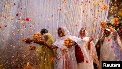 Para janda di Ashram Meera Sahavagini, Vrindavan, untuk pertama kalinya ikut dalam festival Holi (24//3/2013) yang dirayakan di seluruh wilayah India.