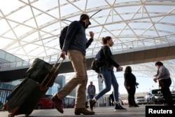 在感恩节前美国佐治亚州亚特兰大国际机场行色匆匆的旅客。(2020年11月23日)