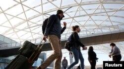 在感恩節前美國佐治亞州亞特蘭大國際機場行色匆匆的旅客。 (2020年11月23日)