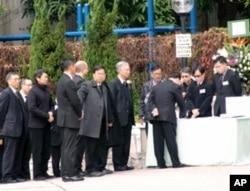 香港特首等在吊唁册上签名