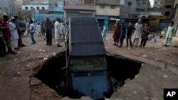 7일 파키스탄 카라치의 축구장 인근에서 발생한 폭탄 테러 현장.