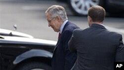 Pemimpin mayoritas Senat Harry Reid tiba di Gedung Putih untuk diskusi tertutup dengan Presiden Barack Obama dan para pemimpin Kongres (28/12). (AP)