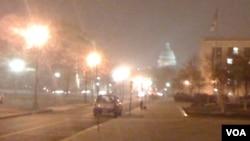 La cúpula del Capitolio de Washington apenas se divisa mientras las primeras nieves caen sobre la capital de Estados Unidos.