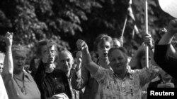 Участники в цепочке людей на Балтийском пути под Ригой, 1989 г