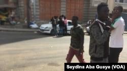 Moustapha Niang et d'autres chauffeurs attendent la restitution de leurs pièces à Dakar, le 9 décembre 2019. (VOA/Seydina Aba Gueye)