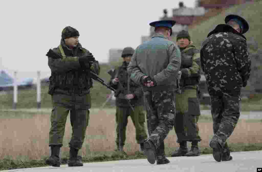 Ukrajinski oficiri dolaze na razgovore sa ruskim stražarima kod baze Belbek, kraj Sevastopolja. 4. marta 2014.