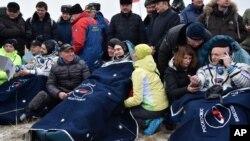 Слева на право: Михаил Корниенко, Сергей Волков и Скотт Келли после приземления. Казахстан, 2 марта 2016.