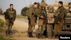 Serdadu Israel berdiri dekat sebuah jip militer dekat pagar perbatasan dengan Jalur Gaza bagian selatan dekat Kibbutz Nirim, Israel, 17 Februari 2018 (foto: REUTERS/Amir Cohen)