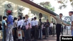 Công dân Việt Nam xếp hàng vào phỏng vấn thi thực tại Tổng Lãnh sự quán Hoa Kỳ ở Tp. Hồ Chí Minh.