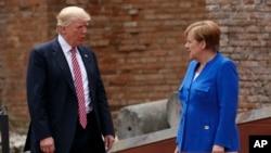 Prezidan Etazini Donald Trump, agoch, ak Chanselye almand la, Angela Merke. 26 me 2017 nan Taomina, Itali. (Foto: AP//Evan Vucci)