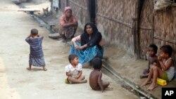 """Muslim Myanmar, yang menyebut diri mereka sebagai kaum yang teraniaya """"Muslim Rohingya"""" duduk di kamp penampungan pengungsi Da Paing di Sittwe Utara, di negara bagian Rakhine, Myanmar (Foto: dok)."""