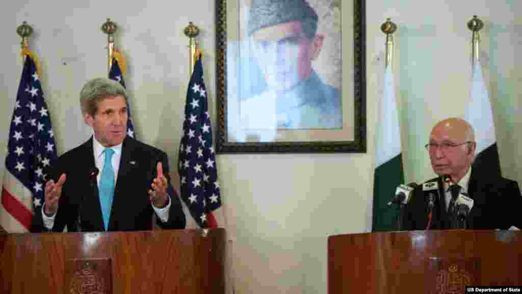 وزیراعظم کے مشیر برائے قومی سلامتی اور خارجہ امور سرتاج عزیز اور وزیرِ خارجہ جان کیری مشترکہ پریس کانفرس کر رہے ہیں۔
