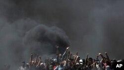 팔레스타인 시위자들이 이스라엘과의 접경 가자지구에서 타이어를 태우며 시위를 벌이고 있다.(자료사진)