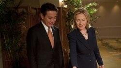 در این تصویر هیلاری کلینتون، وزیر امور خارجه آمریکا به همتای ژاپنی خود یک قطار هدیه می کند