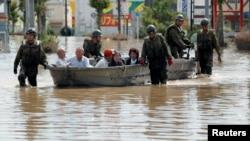 일본 서부 지역 폭우 피해자를 구조팀이 안전한 곳으로 대피시키고 있다.
