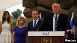 El presidente Donald Trump (derecha a izquierda), el primer ministro de Israel, Benjamin Netanyahu y sus esposas, Melania Trump y Sara Netanyahu durante la visita de la pareja presidencial estadounidense al Museo del Vashem del Holocausto en Jerusalén.