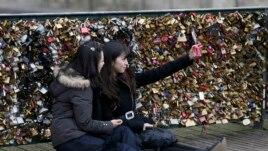 Đối với những người khác, trung tâm thành phố Paris, kể cả cầu Pont des Arts đã trở thành một sân khấu.