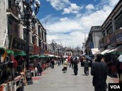 Suasana di salah satu pusat kota di Lhasa, ibukota Tibet. Warga Tibet merasa pembangunan ekonomi hanya menguntungkan warga etnis Han.