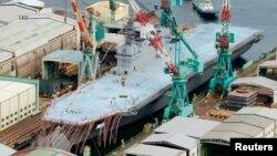 La vista área muestra el destructor DDH183 Izumo, durante la ceremonia realizada en Yokohama, al sur de Tokio.