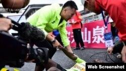南寧馬拉松比賽非洲選手被拉倒地(推特截屏)