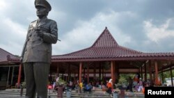 FILE - A statue of former Indonesian president Suharto is pictured at the Suharto museum in Yogyakarta, March 29, 2014.