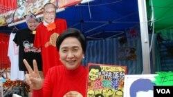 香港民主黨主席劉慧卿表示,民主黨年青黨員設計的「鬥快落台魚蝦蟹」,為不滿梁振英班子的市民出氣 (美國之音湯惠芸拍攝)