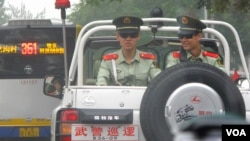 北京在香港占中期间加强了对异议人士的打压。图为在北京街道上巡逻的中国武装警察。(美国之音记者东方所摄)