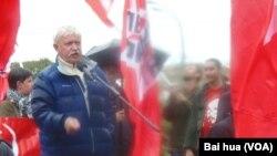 拉科耶夫在雨中讲话。。(美国之音白桦拍摄)