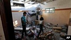 برادر و خواهر فلسطینی در حال بررسی خانه خود در غزه که پس از برخورد موشک، به ویرانهای تبدیل شده است – ۲۶ تیر ۱۳۹۳