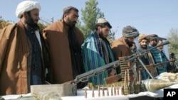 گروهی از جنگجویان طالبان که برای پیوستن به فرایند صلح اسلحه خود را زمین گذاشتند.