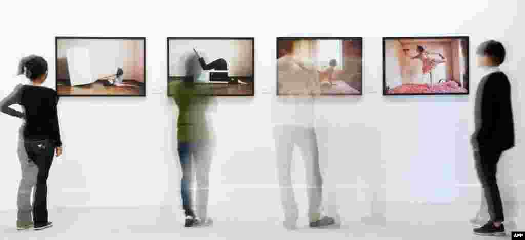 28 tháng 10: Khách đến xem các ảnh sắp xếp của Kim Smin trong khuôn khổ cuộc trưng bày của các nghệ sĩ trẻ Nam Triều Tiên tại thành phố Erfurt của Đức.