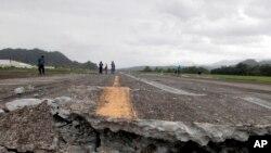 Un intenso temblor secundario aturdió a la población y alguna gente gritó y huyó despavorida.