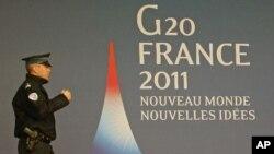 一名法国警察走过G20集团的标志前
