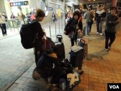多名水貨客用香港主婦流行的買菜車運貨