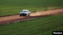 Một số nhà lập pháp bảo thủ cảnh báo rằng bán đất nông trại cho người nước ngoài sẽ tạo ra nguy cơ mất đi quyền kiểm soát đối với nguồn cung ứng lương thực của Úc.