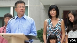 Duta Besar AS untuk Tiongkok yang baru, Gary Locke didampingi keluarganya, memberi sambutan kepada media setiba di Beijing (14/8). Dubes Locke medapat pujian karena kesederhanaan yang ditunjukkannya.