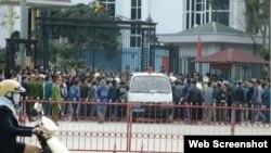 Hàng trăm người dân tụ tập trước trụ sở UBND tỉnh Thanh Hóa đòi FLC trả lại bãi biển. (Ảnh: Lê Dương). Ảnh chụp màn hình trang web vietnamnet.vn.