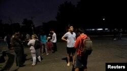 Cư dân tụ tập ngoài đường sau trận động đất ở Mexico City, Mexico, tối ngày 7/9/2017. (Ảnh REUTERS/Claudia Daut)