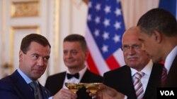 Presiden Rusia Dmitri Medvedev dan Presiden Barack Obama dalam pertemuan di Praha, 8 April 2010. Kedua Presiden sepakat untuk melakukan pengurangan senjata nuklir.