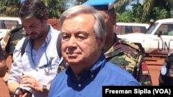 Le secrétaire général Antonio Guterres de l'ONU entouré des Casques bleus à Bangassou, en Centrafrique, le 25 octobre 2017. (VOA/Freeman Sipila)