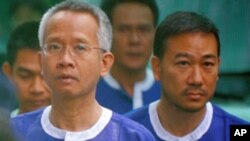 Thai 'Yellow Shirt' activist Veera Somkwamkid (L) and Thai Democrat Party lawmaker Panich Vikitsreth (R) walk at the Phnom Penh Municipal Court, 6 Jan 2011