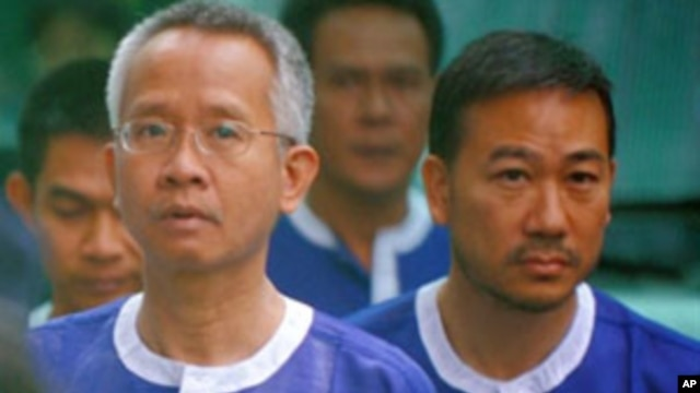Thai 'Yellow Shirt' activist Veera Somkwamkid (L) and Thai Democrat Party lawmaker Panich Vikitsreth (R) walk at the Phnom Penh Municipal Court, 6 Jan 2011