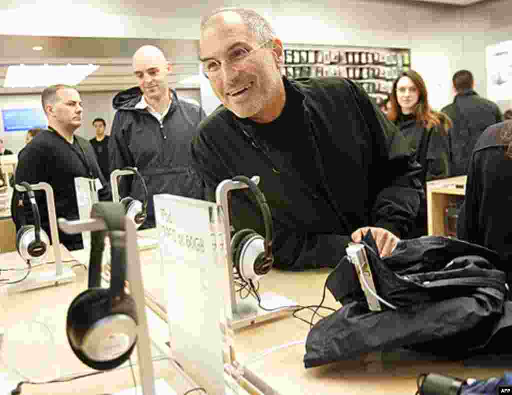 Steve Jobs smiles at the grand opening of the new Apple Store on 5th Avenue in New York, 2006. (Reuters)