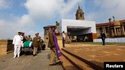 넬슨 만델라 전 남아공 대통령의 운구가 실린 영구차가 11일 프리토리아 정부청사에 도착했다.
